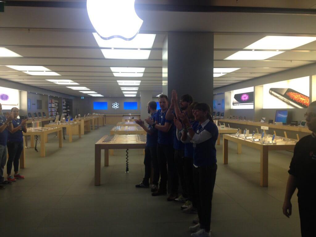 Сотрудники Apple Store приветствуют первых покупателей iPhone 6