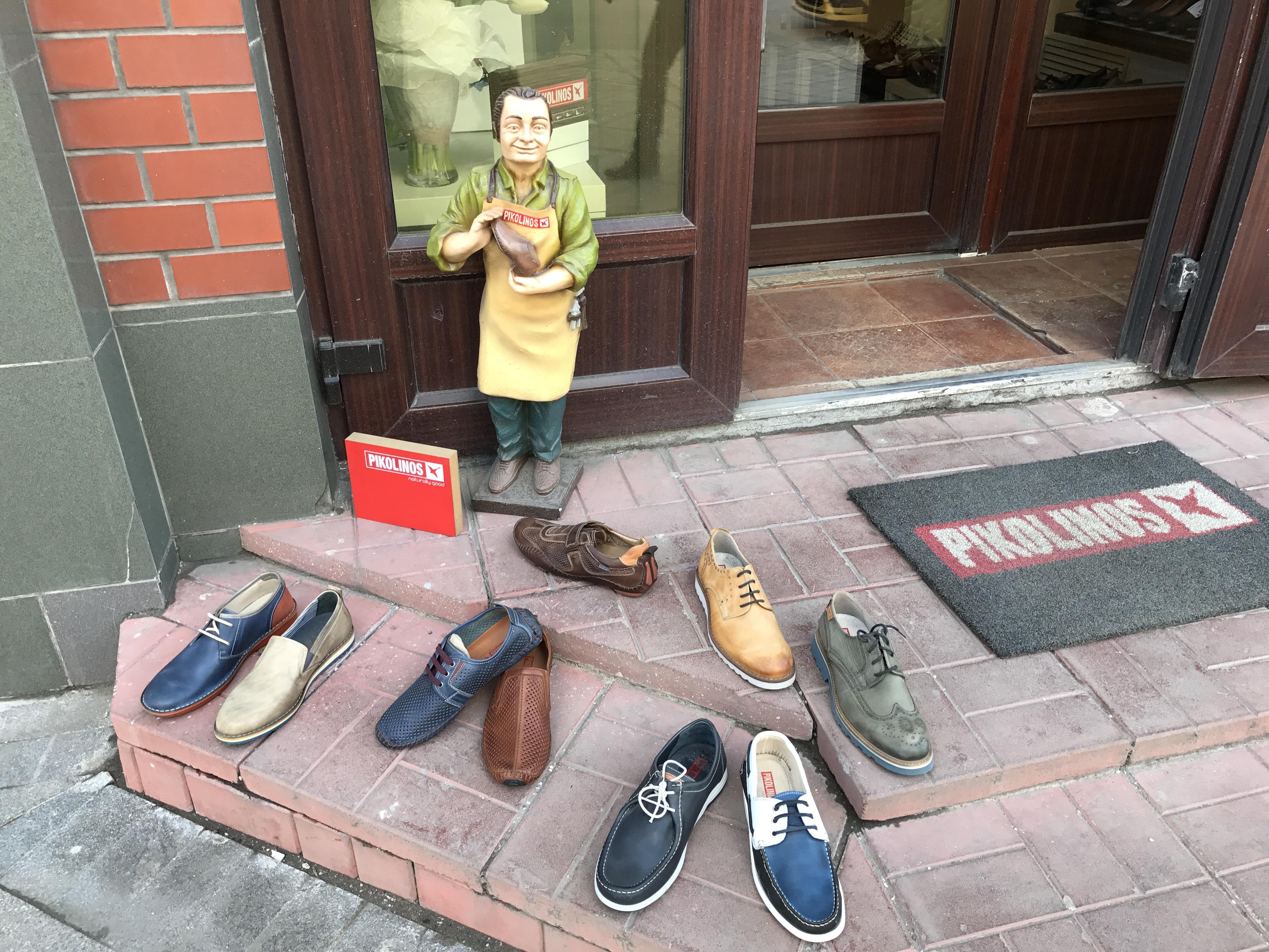 У входа в магазин Picolinos, Москва