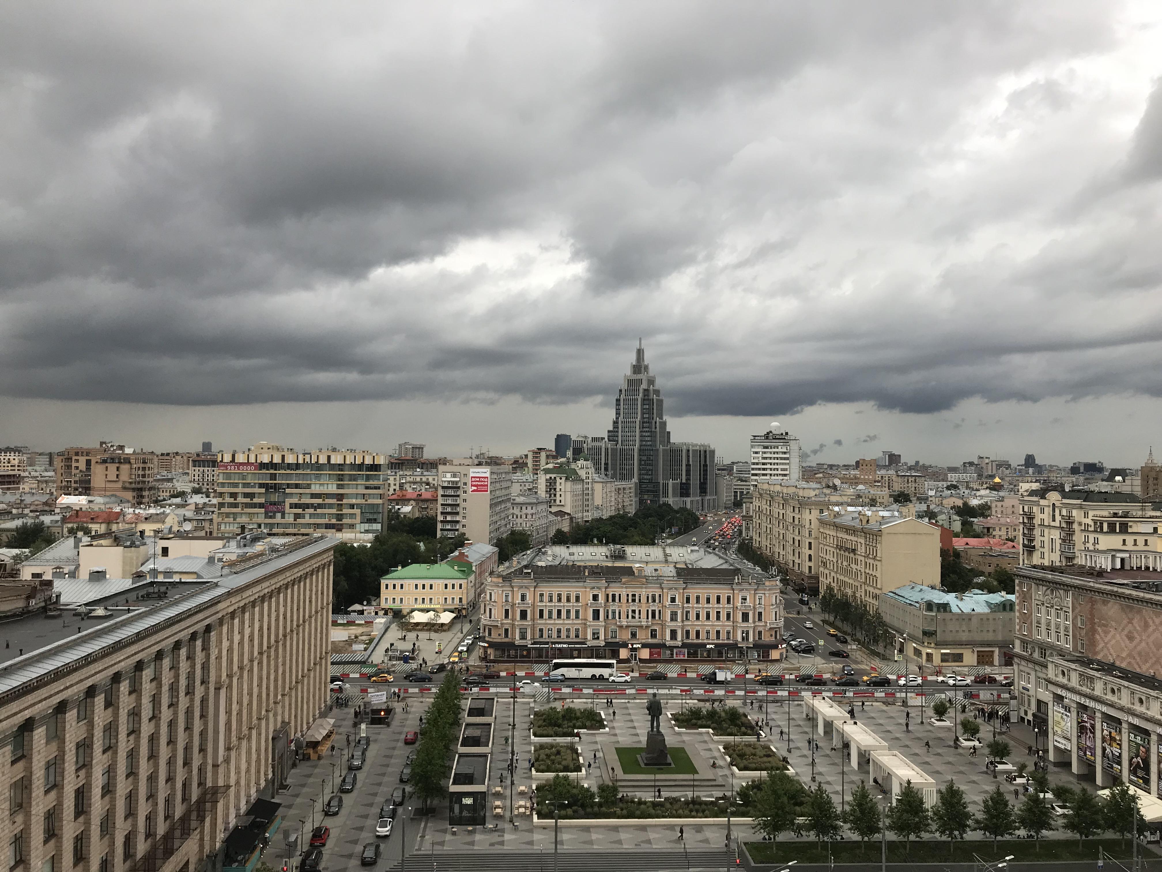 Москва перед грозой. Вид на Триуфальную площадь и памятник В. Маяковскому. Вдали здание БЦ Оружейный. Фото сделано с гостиницы Пекин.